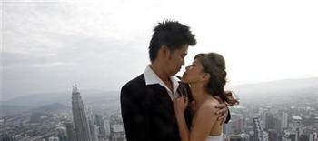<p>El estado oriental de Terengganu, en Malasia, ofrece lunas de miel gratuitas por valor de 440 dólares cada una para avivar el amor entre parejas casadas al borde del divorcio. El paquete de luna de miel conlleva asesoramiento y es un intento por reducir la tasa de divorcios del estado, que se ha disparado, según informó el lunes el diario The Star. REUTERS/Bazuki Muhammad/Archivo</p>