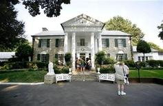 <p>Elvis fans wait to enter the mansion inside of Graceland in Memphis, Tennessee August 15, 2007. REUTERS/Lucas Jackson</p>
