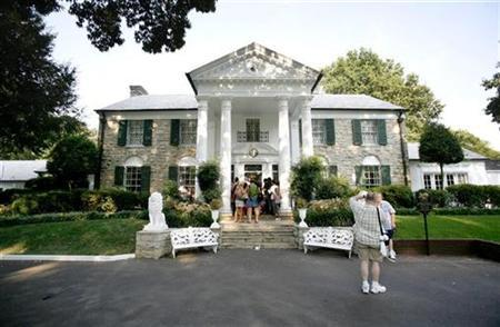 Elvis fans wait to enter the mansion inside of Graceland in Memphis, Tennessee August 15, 2007. REUTERS/Lucas Jackson