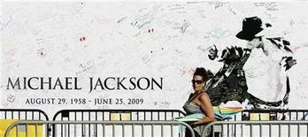 <p>Un cartellone in memoria di Michael Jackson. REUTERS/Danny Moloshok (UNITED STATES ENTERTAINMENT)</p>