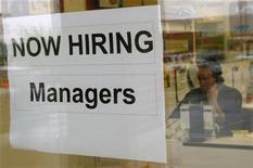 <p>Società della Virginia espone cartello di possibili assunzioni di manager. REUTERS/Kevin Lamarque</p>