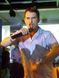 <p>Foto de archivo del fallecido cantante de Boyzone Stephen Gately en una tienda de música en Mumbay, 2 ago 2000. El funeral del fallecido cantante de Boyzone Stephen Gately, quien murió en la isla española de Mallorca el fin de semana pasado, se realizará el sábado en Dublín, dijeron el miércoles sus ex compañeros de banda a través de su sitio web. REUTERS/Savita Kirloskar</p>