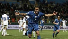 <p>Alberto Gilardino esulta dopo il secondo gol nell'incontro Italia-Cipro a Parma per la qualificazione ai Mondiali. REUTERS/Alessandro Garofalo (ITALY SPORT SOCCER)</p>