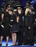 <p>Foto de archivo de los integrantes de la familia Jackson durante el funeral de Michael Jackson en Los Angeles, 7 jul 2009. La madre de Michael Jackson, Katherine, negó el miércoles el reporte de una revista que señalaba que sus tres hijos podrían aparecer en una serie reality, diciendo que la estrella pop no habría querido que ellos estuvieran bajo la mirada del público. REUTERS/Mark J. Terrill/Pool</p>