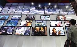 <p>Le fabricant sud-coréen de téléviseurs à écran plat LG Display a fait état d'un bénéfice opérationnel record au troisième trimestre 2009, à un niveau supérieur aux attentes des analystes, à la faveur d'une remontée du prix de ses produits. /Photo prise le 15 octobre 2009/REUTERS/Lee Jae-Won</p>