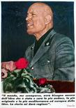 """<p>Постер с портретом итальянского диктатора Бенито Муссолини на стене дома в Риме 28 апреля 2002 года. Итальянский диктатор Бенито Муссолини сделал свою страну частью нацистской """"Оси"""", почти поставил на колени Великобританию во Второй мировой войне, но до этого... работал на британскую разведку.  REUTERS/Vincenzo Pinto</p>"""