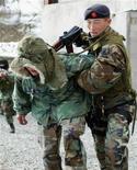 <p>Солдаты Национальной гвардии Киргизии на анти-террористических учениях в окрестностях Бишкека 17 марта 2006 года. Киргизские пограничники ведут поиск группы неизвестных вооруженных лиц, проникших в ночь на четверг в Баткенскую область со стороны Таджикистана, сообщил пресс-центр Погранслужбы Киргизии в четверг. REUTERS/Vladimir Pirogov</p>