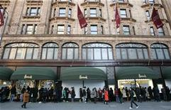 <p>Shoppers line up outside Harrods before the first day of the sale in London December 27, 2008. REUTERS/Luke MacGregor</p>