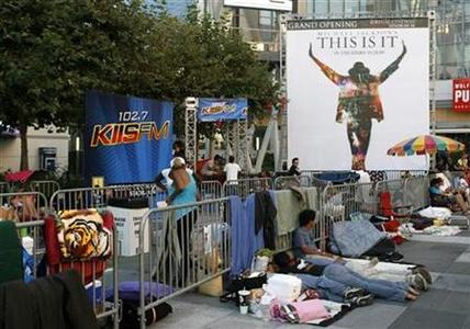 People line up and prepare to stay overnight at the L.A. Live complex for the opportunity to purchase tickets for special showings of the ''Michael Jackson's This Is It'' movie in Los Angeles, September 25, 2009. REUTERS/Danny Moloshok