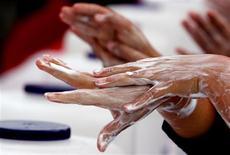 <p>Selon une étude britannique de la London School of Hygiene and Tropical Medicine, les gens sont plus enclins à se laver les mains après s'être rendu aux toilettes s'ils pensent qu'ils sont observés. /Photo d'archives/REUTERS/Mariana Bazo</p>
