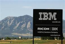 <p>Foto de archivo del cartel de la planta de IBM cerca de Boulder, EEUU, 8 sep 2009. IBM elevó el jueves sus previsiones para todo el año e informó de ganancias más altas a las esperadas para el trimestre, por su creciente enfoque en software de márgenes más altos, y porque los servicios ayudaron a contrarrestar un débil gasto en tecnología. REUTERS/Rick Wilking</p>