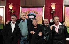 "<p>(De izquierda a derecha) El elenco original del grupo cómico Monty Python: Michael Palin, John Cleese, Terry Jones, Terry Gilliam y Eric Idle sonríen durante su llegada al estreno del documental ""Monty Python: Almost The Truth (Lawyer's Cut)"" en Nueva York. Octubre 15, 2009. REUTERS/Lucas Jackson (ESTADOS UNIDOS)</p>"