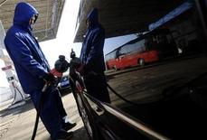 <p>An employee fills a vehicle at a gas station in Changzhi, Shanxi province December 31, 2008. REUTERS/Stringer</p>