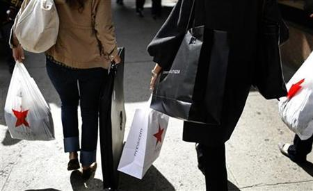 Shoppers carry bags from the Macy's department store in New York October 8, 2009. REUTERS/Mike Segar