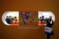 <p>Le fabricant de téléphones mobiles Sony Ericsson fait état d'une perte trimestrielle une perte imposable de 199 millions d'euros qu'il impute à ses réductions de coûts. Le consensus Thomson Reuters I/B/E/S tablait sur 274 millions d'euros de juin à septembre. /Photo d'archives/REUTERS/Albert Gea</p>
