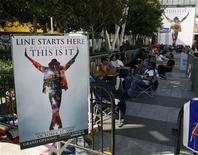 "<p>Fan in paziente attesa dell'apertura dei botteghini per prenotare un biglietto per il film ""This is it"", a Los Angeles. REUTERS/Danny Moloshok</p>"