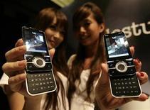 <p>Modelle mostrano due telefonini modello Yari prodotti da SonyEricsson. REUTERS/Vivek Prakash</p>