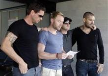 <p>Integrantes da banda Boyzone discursam no funeral de Stephen Gately, que morreu na ilha espanhola de Mallorca há uma semana. Cerca de 3 mil pessoas tomaram as ruas de Dublin no sábado para homenager o vocalista. REUTERS/handout</p>