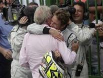 <p>Jenson Button abraça seu pai após conquistar seu primeiro título mundial de Fórmula 1, depois de terminar em quinto lugar no Grande Prêmio do Brasil. REUTERS/Rickey Rogers</p>