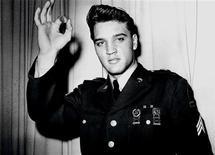 <p>Foto de Elvis Presley com o uniforme do Exército norte-americano. No domingo, uma pilha de cabelos que se acredita terem sido tirados do rei do rock quando ele se juntou ao Exército em 1958 foi vendida por 18.300 dólares, numa casa de leilões em Chicago. REUTERS/Handout</p>