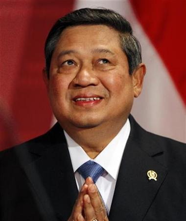 Indonesian President Susilo Bambang Yudhoyono takes the stage for a speech at the John F. Kennedy School of Government at Harvard University in Cambridge, Massachusetts September 29, 2009. REUTERS/Brian Snyder