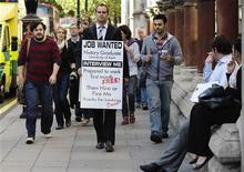 <p>Un giovane inglese laureato in storia cerca un lavoro facendo il sandwich-man. REUTERS/Kieran Doherty</p>