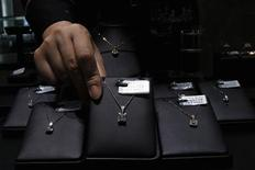 <p>An employee reaches for a diamond necklace at a jewellery shop in China's southern city of Shenzhen October 19,2009. REUTERS/Tyrone Siu</p>