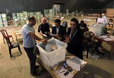<p>Сотрудники избиркома пересчитывают бюллетени на президентских выборах в Кабуле 5 октября 2009 года. Накануне второго тура президентских выборов в Афганистане, от которого во многом будут зависеть доверие к стране за рубежом и, следовательно, международная поддержка, произойдет смена руководителей более половины местных избирательных комиссий с целью предотвращения фальсификации результатов предстоящего голосования. REUTERS/Ahmad Masood</p>