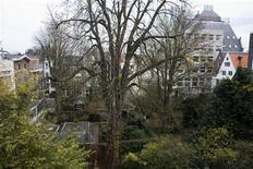 <p>Вид на 150-летнее каштановое дерево из дома в Амстердаме, в котором жила Анна Франк. Люди, живущие рядом с зелеными насаждениями, имеют больше шансов избежать проблем со здоровьем, в особенности депрессий и волнений, чем те, кого со всех сторон окружает бетон, свидетельствуют результаты исследования голландских ученых. REUTERS/Jerry Lampen</p>