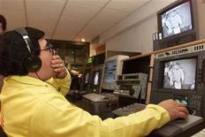 <p>Foto de archivo de un empleado de la cadena Televisa pasando unas imagenes de formato analógico a digital en las instalaciones del canal en Cidad de México, ene 26 2000. REUTERS/Andrew Winning</p>
