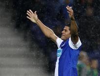 <p>O atacante brasileiro Hulk marcou duas vezes para garantir ao Porto uma vitória de virada por 2 x 1 sobre o Apoel Nicósia, nesta quarta-feira, pelo Grupo D da Liga dos Campeões. REUTERS/Jose Manuel Ribeiro</p>