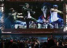 """<p>Foto de archivo de una muestra del documantal de Michael Jackson """"This Is It"""" presentado al final de la entrega de premios MTV Video Music Awards en Nueva York, sep 13 2009. Un pequeño grupo de dedicados admiradores de Michael Jackson ha comenzado una campaña de """"alerta"""" alrededor del próximo estreno de """"This is It"""", señalando que cubre la lúgubre realidad sobre los últimos días de la fallecida estrella de la música pop. REUTERS/Gary Hershorn</p>"""