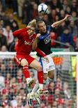 <p>Fernando Torres, do Liverpool, briga pela bola com Nemanja Vidic, do Manchester United. REUTERS/Phil Noble</p>