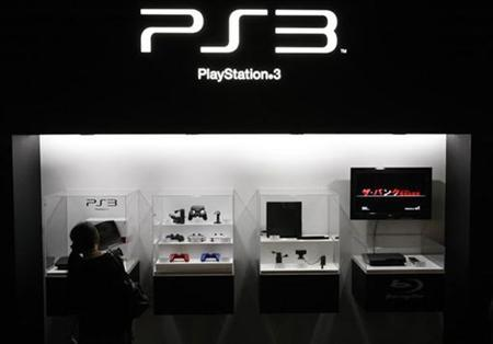 A visitor looks at a Sony's PlayStation 3 game console at the Tokyo Game Show in Chiba, east of Tokyo, September 24, 2009. REUTERS/Toru Hanai