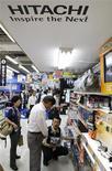 <p>Hitachi prévoit une perte nette de 230 milliards de yens (1,66 milliard d'euros) pour l'année terminant en mars 2010, en baisse de 14,8% par rapport à la prévision livrée en mai de 270 milliards de yens. /Photo d'archives/REUTERS/Kim Kyung-Hoon</p>