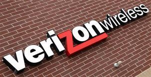 <p>Verizon Wireless, filiale de Verizon Communications et de Vodafone. Verizon fait état d'une hausse de son chiffre d'affaires au titre du troisième trimestre mais son bénéfice recule en raison d'une augmentation des coûts. /Photo d'archives/REUTERS/Rick Wilking</p>