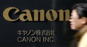 <p>Canon affiche une baisse de 54% de son résultat d'exploitation trimestriel, la baisse de la demande pour ses photocopieurs ayant effacé la bonne tenue des ventes d'appareils photo numériques. /Photo d'archives/REUTERS</p>