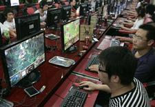 <p>Cybercafé à Taiyuan, en Chine. Forts des fonds levés lors de leurs récentes introductions en Bourse, les éditeurs de jeux en ligne chinois sont prêts à partir à l'assaut des marchés occidentaux, défiant sur leur propre terrain les leaders du secteur comme Electronics Arts et Activision Blizzard. /Photo prise le 23 juillet 2009/REUTERS</p>