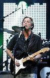 <p>Foto de archivo: el músico británico Eric Clapton se presenta en el Albert Hall, Londres, mayo 16 2009. REUTERS/Luke MacGregor (BRITAIN)</p>