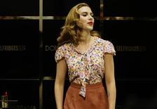 """<p>A atriz Scarlett Johansson posa para fotos em London. Johansson fará sua estreia na Broadway em uma nova versão do drama """"A View from the Bridge"""", do dramaturgo norte-americano Arthur Miller, disseram organizadores do espetáculo.31/07/2009. REUTERS/Stefan Wermuth</p>"""
