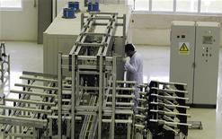 <p>Работник на заводе по обогащению урана, 440 км к югу от Тегерана 9 апреля 2009 года. Иран против единовременной передачи большей части своего низкообогащенного урана за границу для дальнейшей переработки, сообщил иранский государственный телеканал Press TV во вторник. REUTERS/Caren Firouz</p>