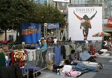 """<p>Foto de archivo de una fila de gente a la espera de la compra de boletos para la película """"This Is It"""" en Los Angeles, sep 25 2009. Tras meses de publicidad en la industria, Hollywood desplegaba el martes la alfombra roja para el filme sobre Michael Jackson """"This Is It"""", donde muestra los ensayos para la truncada serie de conciertos que marcaban el regreso del fallecido rey del pop. REUTERS/Danny Moloshok</p>"""