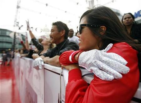 Michael Jackson fans waits for the premiere of the documentary ''This Is It'' in Los Angeles October 27, 2009. REUTERS/Mario Anzuoni