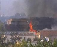 <p>Горящее здание общежития ООН в Кабуле 28 октября 2009 года. Шесть иностранцев, работавших на ООН в Афганистане, стали жертвами нападения талибов-смертников на общежитие в Кабуле. REUTERS/via REUTERS TV</p>