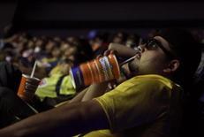 <p>Зрители смотрят кино в одном из кинотеатров Мехико 25 октября 2009 года. REUTERS/Daniel Aguilar</p>