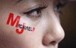 """<p>Una seguidora con las palabras """"Michael J"""" sobre su rostro en el estreno de """"This Is It"""" en Taipei, 28 oct 2009 Los admiradores de Michael Jackson en todo el mundo llegaron en masa el miércoles a los estrenos de """"This Is It"""", muchos de ellos vestidos como su ídolo o con disfraces inspirados en sus videos musicales, mientras se despiden por última vez del """"Rey del Pop"""". REUTERS/Nicky Loh</p>"""