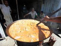 <p>Un cuoco prepara del curry da vendere in un mercato di Aceh, in Indonesia. REUTERS/Enny Nuraheni</p>