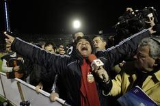 """<p>Maradona comemora a classificação da Argentina para a Copa do Mundo de 2010. Diego Maradona estava sob """"emoção violenta"""" quando disparou ofensas contra jornalistas após a classificação da Argentina para a Copa do Mundo de 2010, disse na quarta-feira o advogado da Associação de Futebol Argentina.14/10/2009.REUTERS/Andres Stapff</p>"""