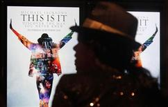 """<p>Un admirador australiano de Michael Jackson durante la fila de espera de cara al estreno del documental/concierto del cantante en Sídney, oct 28 2009. La película sobre Michael Jackson """"This Is It"""" recaudó 20,1 millones de dólares en las boleterías de todo el mundo durante su primer día en los cines, dijo el jueves un portavoz de Columbia Pictures. REUTERS/Daniel Munoz</p>"""