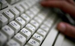 <p>La tastiera di un computer dotata di tasti con lettere latine e cirilliche. REUTERS/Stoyan Nenov (BULGARIA)</p>